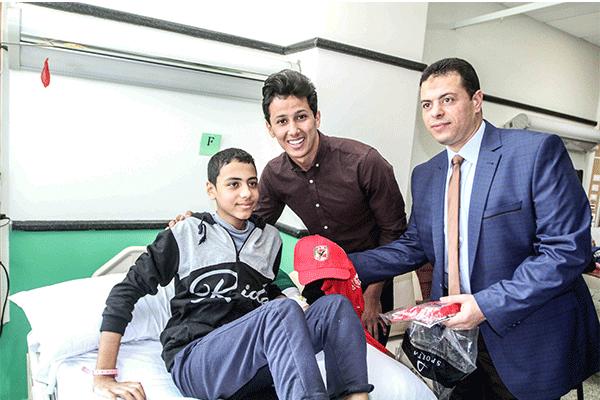 لاعبو الأهلي في زيارة لمستشفى سرطان الأطفال