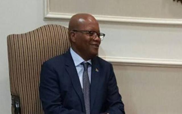 سفير جنوب أفريقيا يشيد بملعب السلام