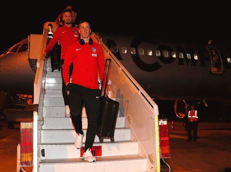 شاهد صور استقبال فريق اتلتيكو مدريد في مطار برج العرب و رد فعل الفريق الأسباني